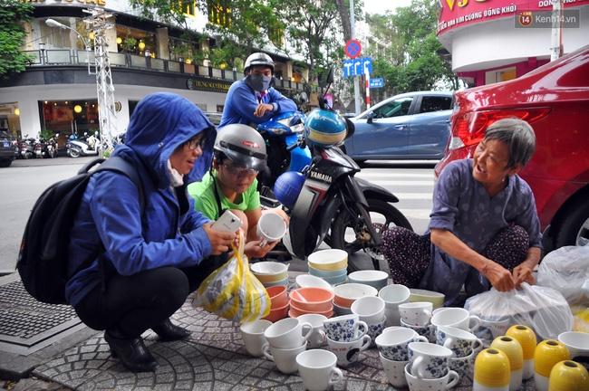 Mỗi ngày, bà cụ 66 tuổi lại lặn lội 20km lên Sài Gòn bán dạo gốm sứ nuôi con cháu... - Ảnh 5.