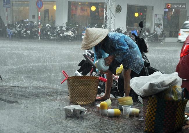 Mỗi ngày, bà cụ 66 tuổi lại lặn lội 20km lên Sài Gòn bán dạo gốm sứ nuôi con cháu... - Ảnh 8.