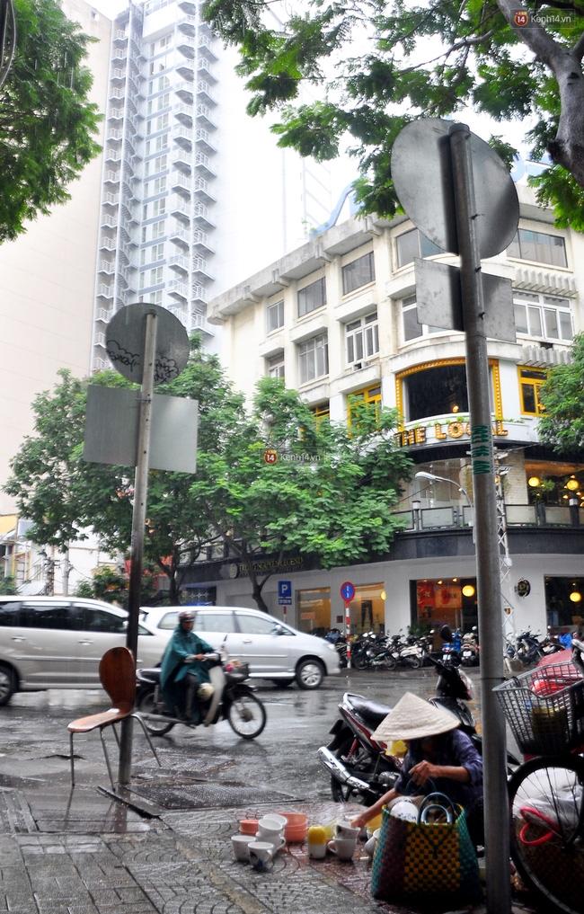 Mỗi ngày, bà cụ 66 tuổi lại lặn lội 20km lên Sài Gòn bán dạo gốm sứ nuôi con cháu... - Ảnh 9.