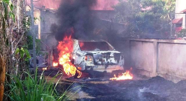 Nhiều nỗ lực cứu xe bất thành do ngọn lửa được số rơm khô tiếp thêm mồi.