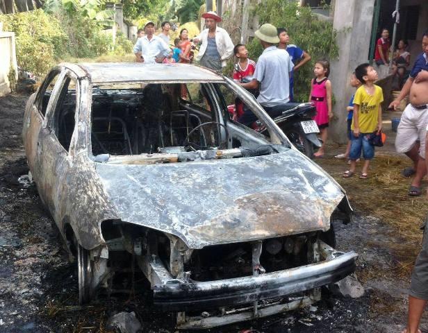 Chiếc xe cháy trơ khung sau 10 phút