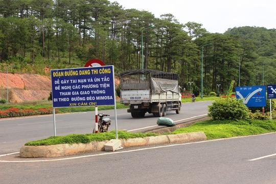 Xe tải vô tư lên đèo vì biển báo bị che khuất