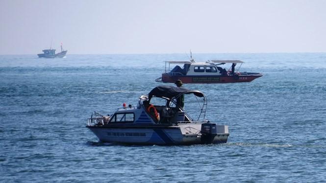 Lực lượng Biên phòng điều nhiều ca nô đến khu vực cửa biển để tìm kiếm nạn nhân /// Ảnh: Bùi Ngọc Long