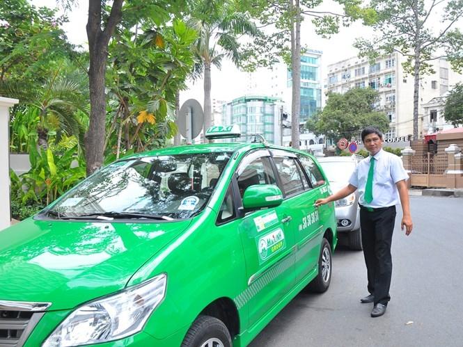 Các DN taxi đang gấp rút lắp đặt máy in hóa đơn tính tiền trước ngày 1.7.2016. /// Ảnh: Nguyễn Tiến