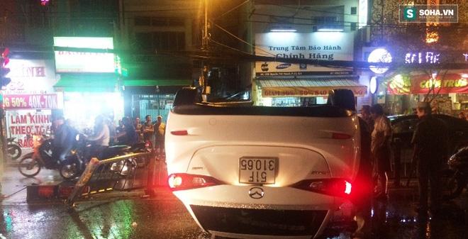 Xe ôtô bất ngờ lật ngửa giữa đường, cô gái bò khỏi xe thoát hiểm