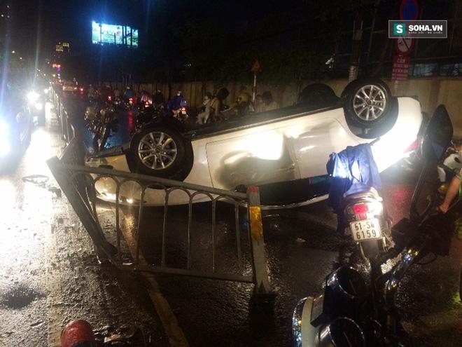 Xe ôtô bất ngờ lật ngửa giữa đường, cô gái bò khỏi xe thoát hiểm  - Ảnh 1.