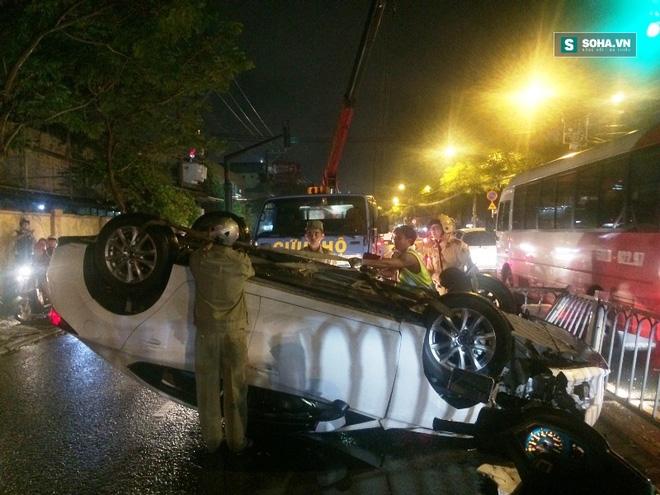 Xe ôtô bất ngờ lật ngửa giữa đường, cô gái bò khỏi xe thoát hiểm  - Ảnh 2.