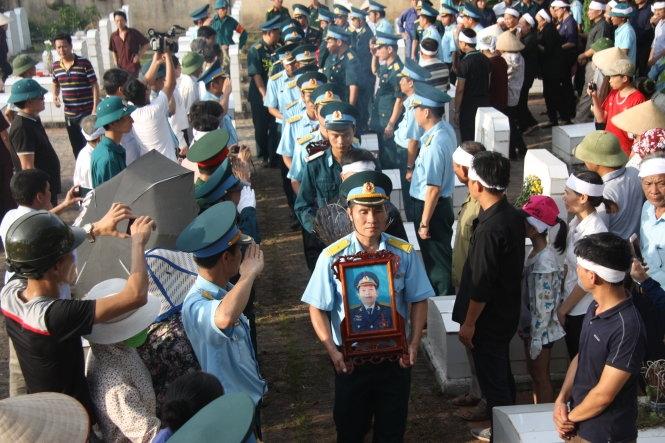 Truy tặng phi công Trần Quang KhảiHuân chương bảo vệ Tổ quốc