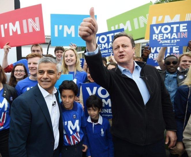 Thủ tướng Anh David Cameron (phải) nỗ lực vận động cử tri bỏ phiếu ở lại EU. (Ảnh: Getty)