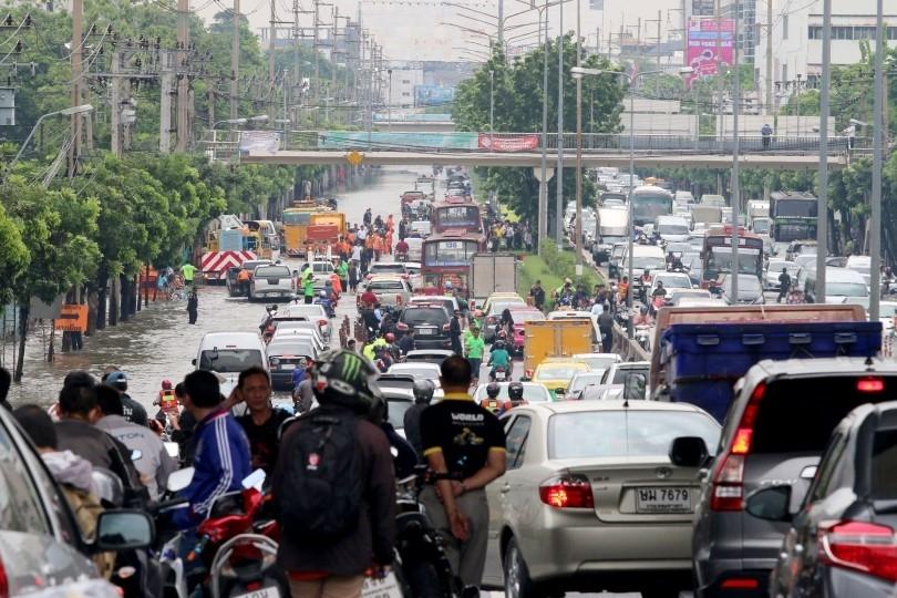 Duong pho Bangkok hoa song do mua lon nhat trong 25 nam hinh anh 6