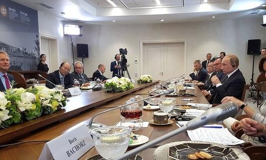 Tổng thống Vladimir Putin trong diễn đàn kinh tế có sự tham dự của thủ tướng Ý và chủ tịch Ủy ban châu Âu tại TP St. Petersburg. Ảnh: PA