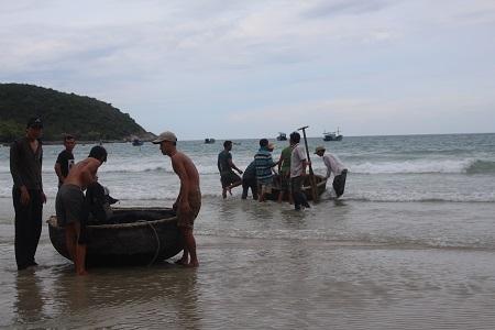 Cả 100 người nỗ lực tìm kiếm nữ sinh mất tích do tắm biển ở Bãi Dài (huyện Cam Lâm, Khánh Hòa)