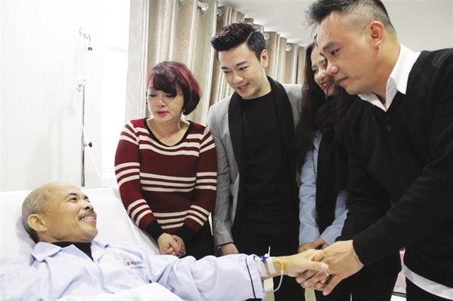 Các đồng nghiệp thăm hỏi nghệ sĩ Hán Văn Tình. Ảnh: TL