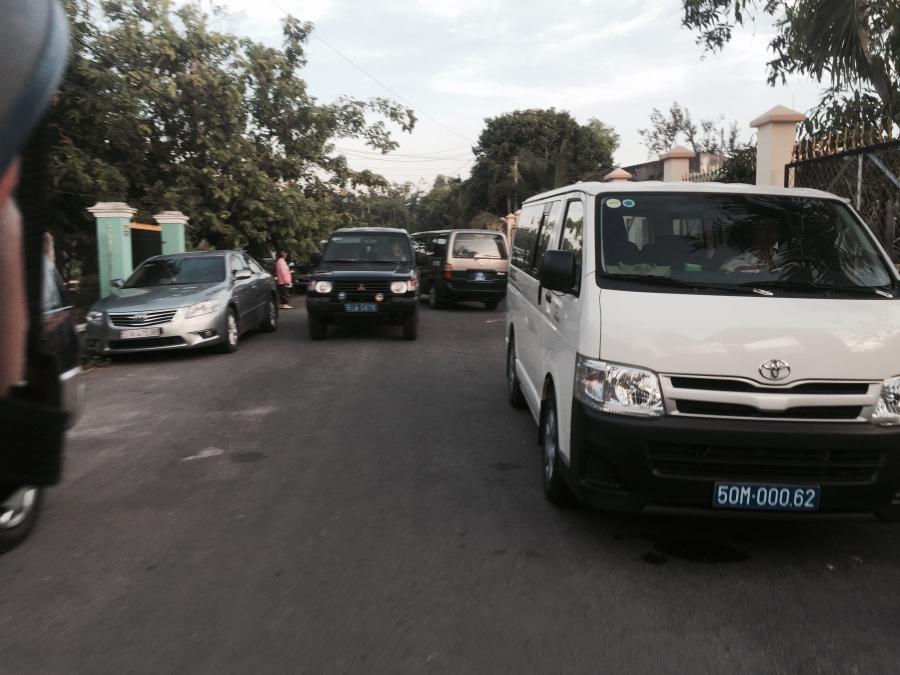 Hàng chục chiếc xe công chở cán bộ đi ăn tiệc, xếp hàng dài trước nhà ông Lê Minh Tấn chiều 10/6