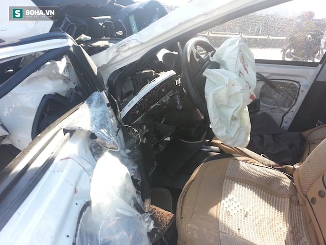 Người dân cạy cửa cứu tài xế trong chiếc xe con biến dạng - Ảnh 10.