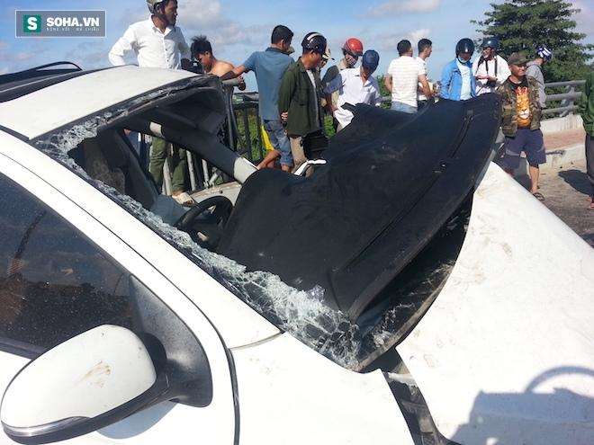 Người dân cạy cửa cứu tài xế trong chiếc xe con biến dạng - Ảnh 11.