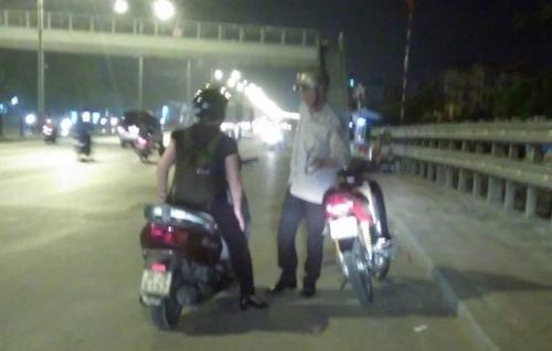 Xúc động hình ảnh cô gái mua xăng giúp cụ ông giữa đường - Ảnh 2