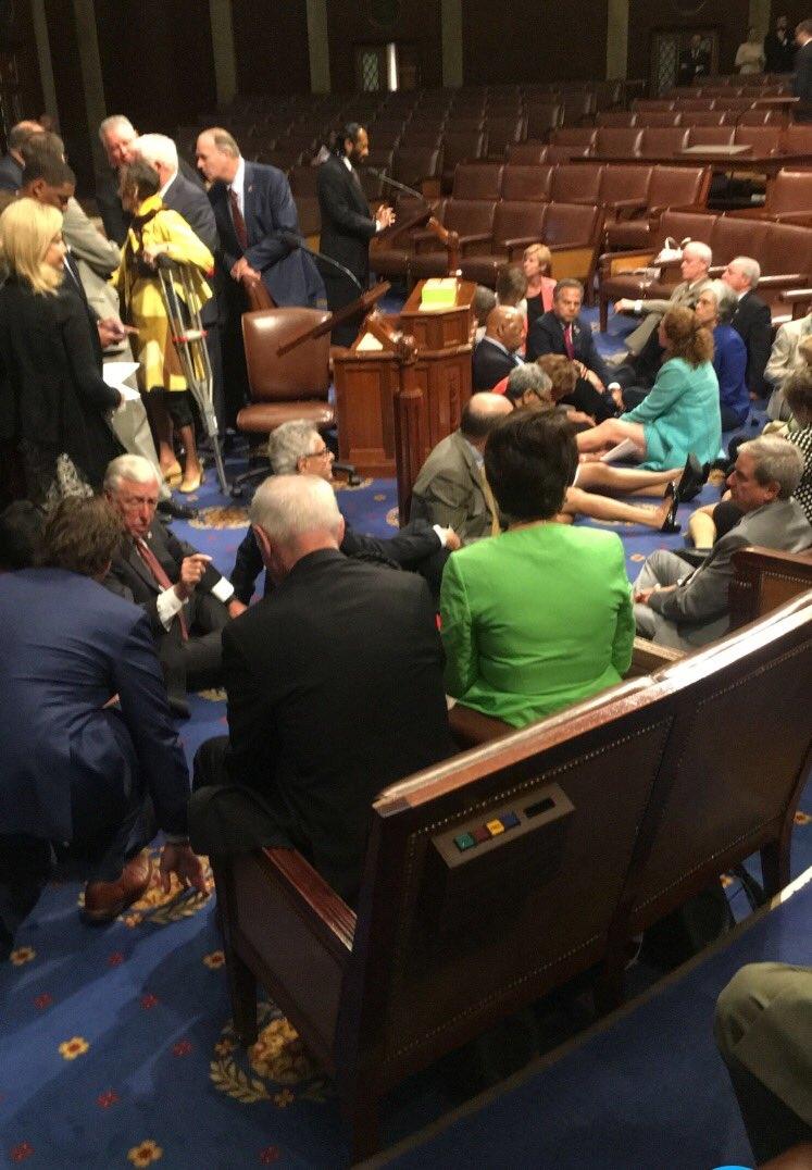 Mặc dù các nghị sĩ đã lên tiếng nói và đưa ra nhiều dự luật về kiểm soát súng đạn nhưng quốc hội Mỹ vẫn chưa thông qua một dự luật nào (Ảnh: Twitter)