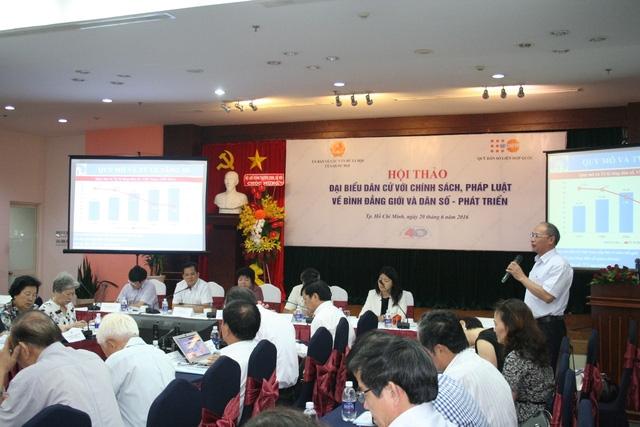 Ông Nguyễn Văn Tân - Phó Tổng cục trưởng phụ trách Tổng cục DS-KHHGĐ đã có tham luận quan trọng tại Hội thảo. Ảnh: Đỗ Bá