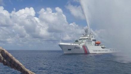 Tàu hải cảnh Trung Quốc phun vòi rồng vào ngư dân Philippines gần bãi cạn Scarborough trên biển Đông. Ảnh: AP