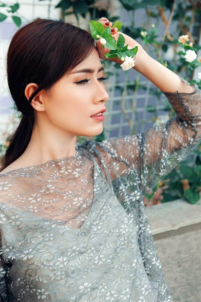 Phan Thi Mo dien dam hai day khoe vai tran hinh anh 6