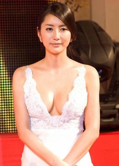 Cuối năm 2011, Hoa hậu Hàn Quốc 1995 - Han Sung Joo - bị bạn trai cũ (quốc tịch Mỹ) tung video giường chiếu. Tiếp đến, người đàn ông này gửi email tới báo giới, tố cáo Sung Joo từng là gái bao cao cấp cho nhiều đại gia thế lực, trong đó có một người đàn ông lớn hơn cô 20 tuổi. Phía Hoa hậu bác bỏ những điều này song danh tiếng của cô bị ảnh hưởng không nhỏ.