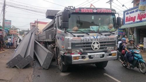 Tài xế thoát chết khi hàng tấn sắt rơi đè bẹp xe tải - ảnh 2