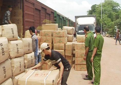 Lực lượng chức năng kiểm tra hàng hóa vận chuyển theo đường sắt tại Đồng Nai (ảnh: Báo CAND)