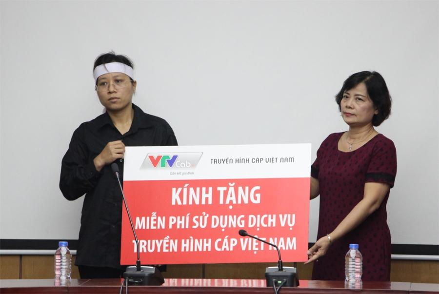 Truyền hình Cap Việt Nam trao tặng tặng 2 năm sử dụng truyền hình Cap miễn phí cho gia đình chị Trần Thị Hà.