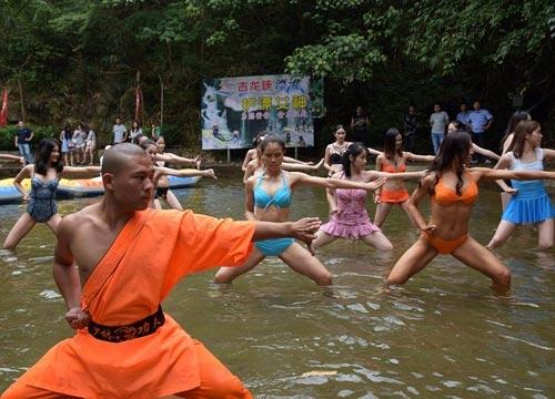 Sửng sốt: 30 người đẹp mặc bikini đánh võ Thiếu Lâm - 1
