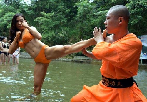 Sửng sốt: 30 người đẹp mặc bikini đánh võ Thiếu Lâm - 2