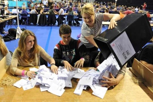Kiểm phiếu tại tại Glasgow, Scotland hôm 23-6. Ảnh: REUTERS