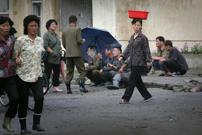 24h qua ảnh: Cảnh chợ vải thiều Việt Nam lên báo nước ngoài - Ảnh 4.