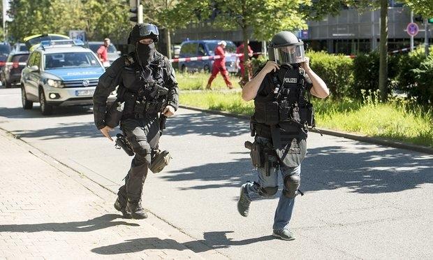 Đức tiêu diệt kẻ xả súng, bắt hàng chục con tin