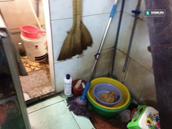Hai thanh niên đánh đập bà chủ tiệm cắt tóc trong nhà vệ sinh - Ảnh 1.