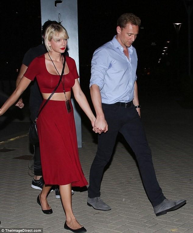 Taylor Swift bi nghi nang cap vong mot hinh anh 1