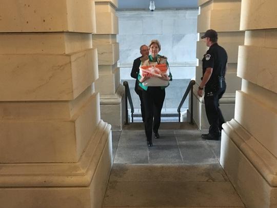 Bà Elizabeth Warren đem bánh donut đến cứu đói cho các hạ nghị sĩ. Ảnh: Elizabeth Warren/Twitter