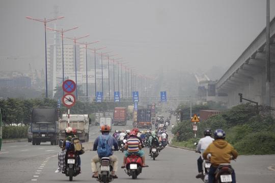 Hơn 8 giờ sáng, người dân trong khu vực từ Suối Tiên (quận Thủ Đức) đến ngã tư MK (quận 9) vẫn không nhìn thấy mặt trời. Sương mù che phủ khiến tầm nhìn xa của người đi xe hết sức hạn chế.