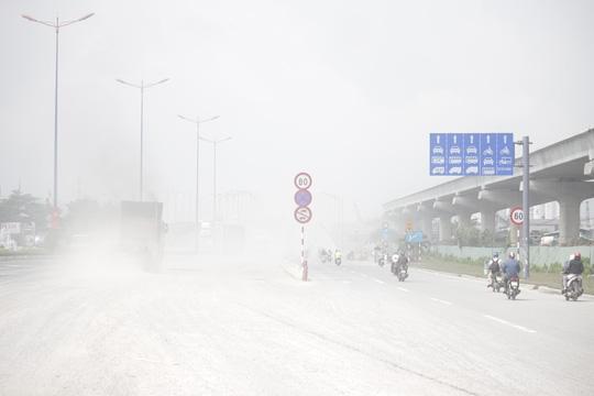 Khoảng 9 giờ, khu vực quận 2, quận Bình Thạnh quận 7 và khu vực trung tâm vẫn chưa xuất hiện mưa nhưng do chịu ảnh hưởng từ khói bụi không bốc lên cao được gây ra tình trạng mù khô. Chịu ảnh hưởng nặng nhất của mù khô là khu vực trạm thu phí cầu Rạch Chiếc. Tại đây, khói bụi bay mù mịt che khuất cả đường đi.