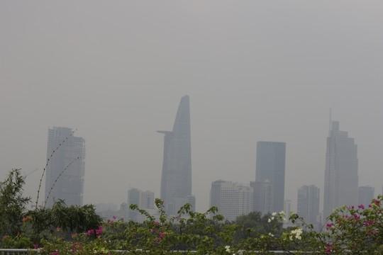 Nhìn từ quận 2, toàn bộ quận 1 cũng bị mù khô bao phủ. Khoảng 10 giờ 40, một cơn mưa lớn trút xuống khu vực trung tâm, mang lại không khí trong lành cho khu vực này.