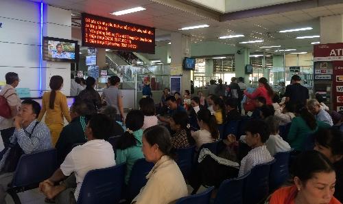 Các bệnh viện tuyến trên tại TP HCM luôn trong tình trạng đông đúc, quá tải. Ảnh: Lê Phương.