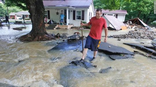 Lũ lụt tàn phá nhiều địa phương ở bang West Virginia. Ảnh: AP