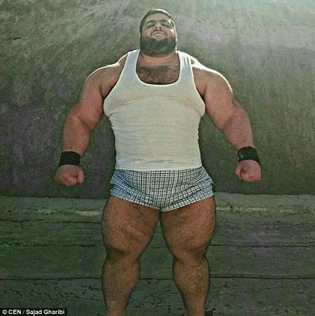 Với vóc dáng to khỏe, Gharibi được mọi người ví như Người khổng lồ da xanh Hulk  trong bộ phim cùng tên của Mỹ.