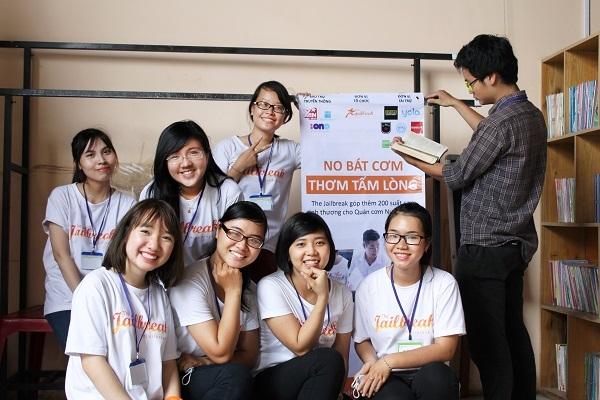 Hạ (đứng) tham gia dự án của The Jailbreak - từ thiện ở Quán cơm Nụ cười.