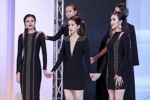 An Nguy doi Pham Huong bi cu dan mang che catwalk nhu di cho hinh anh 3