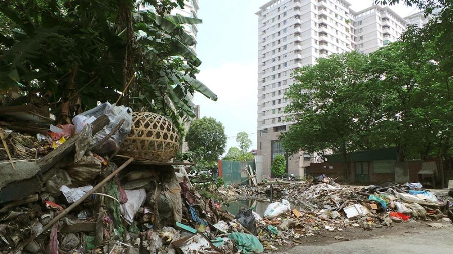 Người dân Hà Nội sẽ bị phạt nặng nếu vứt rác bừa bãi ra đường (Ảnh Trọng Trinh)