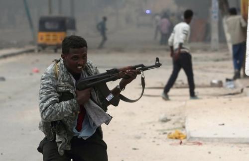 Lính Somalia chạy về vị trí trong cuộc đấu súng. Ảnh: Reuters