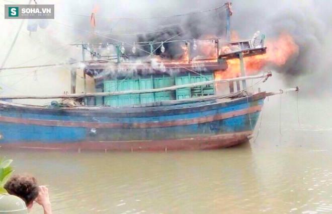 Tàu cá tiền tỷ bất ngờ bốc cháy dữ dội rồi chìm nghỉm xuống sông - Ảnh 1.