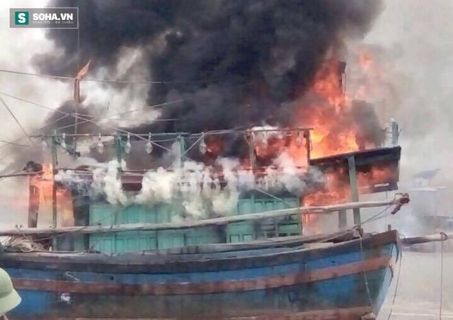Tàu cá tiền tỷ bất ngờ bốc cháy dữ dội rồi chìm nghỉm xuống sông - Ảnh 2.