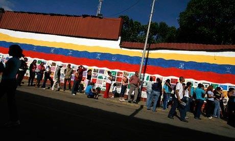 Người dân Venezuela xếp hàng chờ mua thực phẩm tại siêu thị. Ảnh: REUTERS